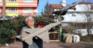 Düşen savaş uçağının maketini evinin önünde sergiliyor